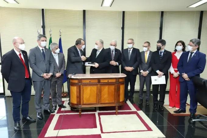 Senadores entregam relatório final da CPI da Covid a Aras na PGR